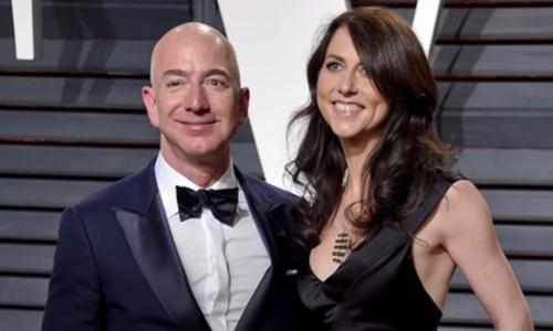 Jeff Bezos và vợ MacKenzie trong bữa tiệc ở California năm 2017. Ảnh: AP.
