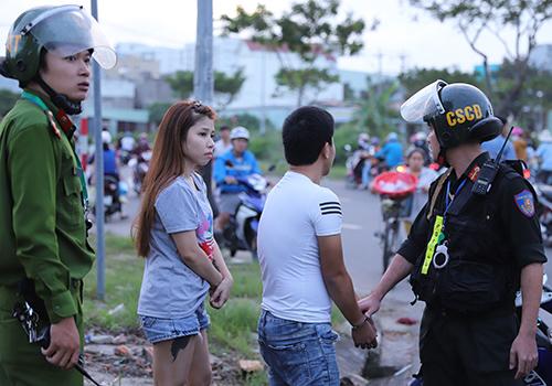 Lực lượng 911 Đà Nẵng bắt giữ đôi nam nữ sử dụng, tàng trữ chất ma tuý chiều 9/1. Ảnh: Nguyễn Đông.