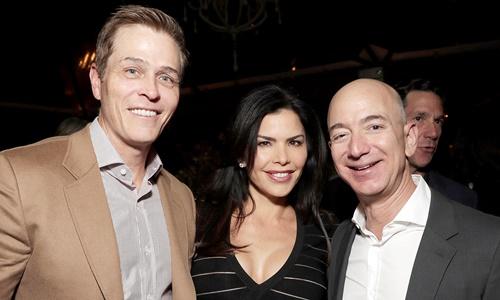 Từ phải sang, Jeff Bezos, Lauren Sanchez và Patrick Whitesel. Ảnh: Amazon Studios.