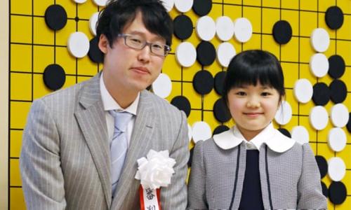 Sumire Nakamura chụp ảnh cùng kỳ thủ cờ vây nổi tiếng Nhật Bản Yuta Iyama. Ảnh: Guardian