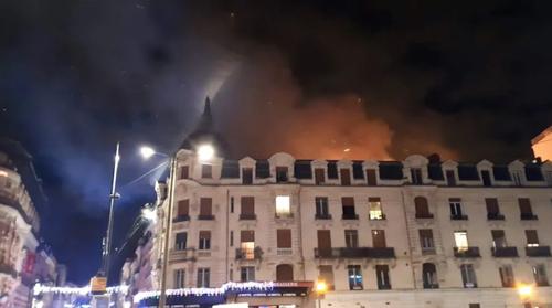 Tòa chung cư nơi xảy ra vụ cháy rạng sáng 10/1 ở thành phố Toulouse. Ảnh: Twitter.