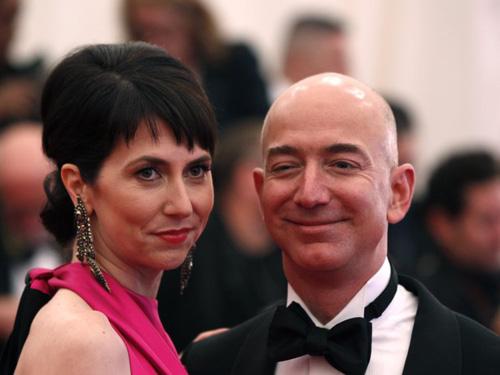 MacKenzie (trái) và Jeff Benzos tại đêm Gala của Viện bảo tàng nghệ thuật thành phố năm 2012. Ảnh: Reuters.
