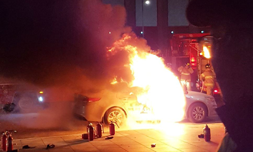 Chiếc xe của tài xế Im bốc cháy ở trung tâm Seoul, Hàn Quốc tối 9/1. Ảnh: Yonhap.