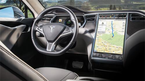 Từ 2012, xe Tesla đã có màn hình tới 17 inch.