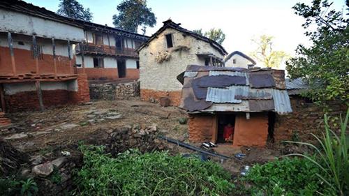 Những túp lều dành cho phụ nữ đến kỳ kinh nguyệt vẫn tồn tại ở nhiều vùng nông thôn Nepal. Ảnh: AFP