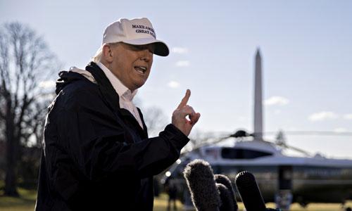 Trump phát biểu với các phóng viên trước Nhà Trắng sáng 10/1. Ảnh: AP.
