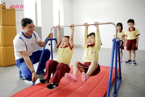 Các bạn nhỏ hào hứng với giờ học thể chất JACPA tại Sakura Montessori.