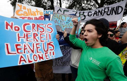 Người dân ở Texas biểu tình phản đối kế hoạch xây tường biên giới của Trump hôm 10/1. Ảnh: AP.