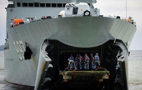 Thiết giáp Trung Quốc rỠi tàu đổ bộ trong cuộc diễn tập năm 2015. Ảnh: ENCS.