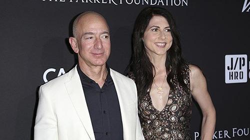 Jeff Bezos và MacKenzie tại một sự kiện. Ảnh: AP