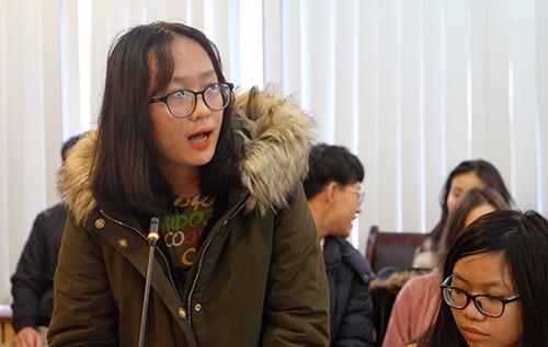 Thuỳ Linh (lớp 11 Văn) nêu tầm quan trọng của việc giáo viên có quan điểm bình đẳnggiới trong giáo dục học sinh. Ảnh: Quỳnh Trang.
