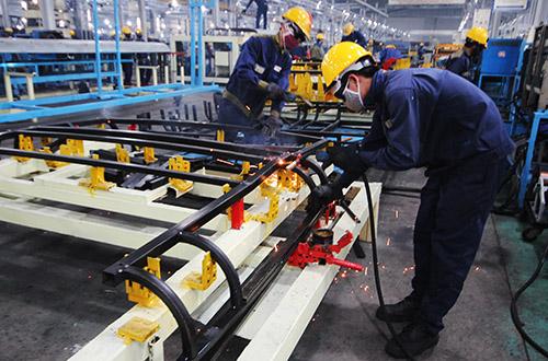 Người lao động đang làm việc tại một doanh nghiệp ở Quảng Nam: Ảnh: Đắc Thành.