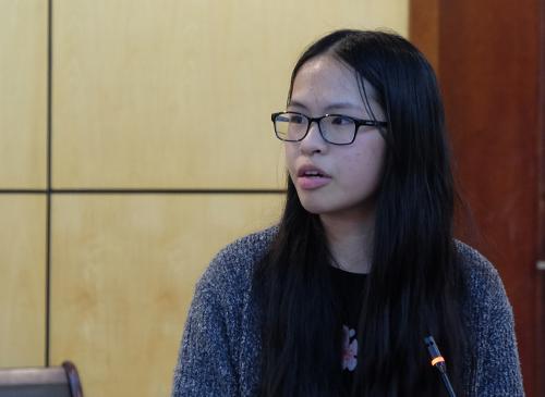 Khánh Linh (lớp 11 Sử) trường THPT chuyên Hà Nội - Amsterdam nêu thực trạng sách giáo khoa bất bình đẳng giới. Ảnh: Quỳnh Trang.