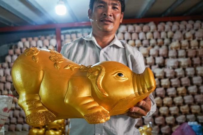 Làng gốm Bình Dương tất bật sản xuất 'heo vàng' đón Tết