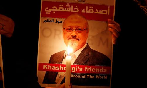 Một người cầm bức ảnh tưởng niệm nhà báo Jamal Khashoggi bên ngoài lãnh sự quán Arab Saudi tại Istanbul, Thổ Nhĩ Kỳ vào tháng 10/2018. Ảnh: Reuters.