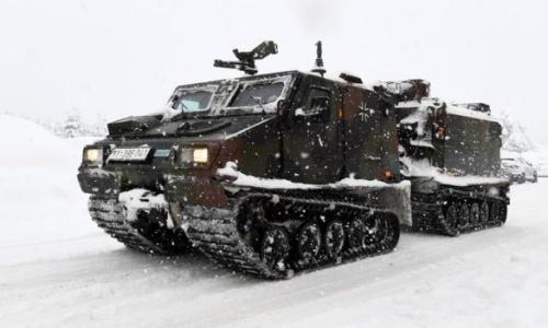 Xe tăng được huy động đi dọn tuyết ở Bavaria, Đức. Ảnh: BBC.