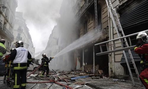 Lực lượng cứu hỏa dập tắt đám cháy. Ảnh: AFP.