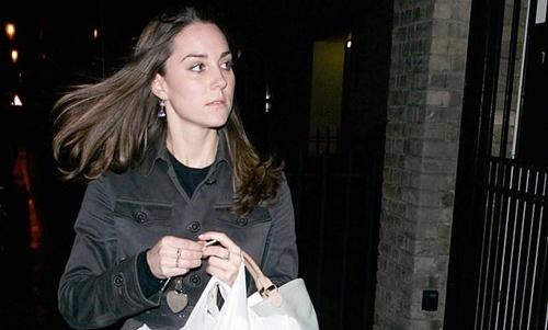 Kate Middleton trở về nhà sau khi mua sắm tại siêu thị hồi năm 2007. Ảnh: AP.
