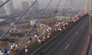 Gần 6.000 người chạy bộ qua cầu Phú Mỹ