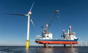 Cột trụ nặng 1.300 tấn của turbine gió được lắp đặt trên biển