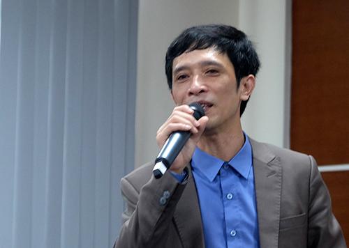 Hiệu trưởng trường THPT Phan Huy Chú  Đống Đa (Hà Nội) chia sẻ việc ứng dụng thông tin trong trường học. Ảnh: Quỳnh Trang.