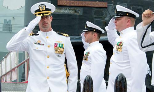 Trung tá Travis Zettel (ngoài cùng bên trái) trong một buổi lễtại căn cứ Harbor-Hickam ở Hawaii, Mỹ vào tháng 8/2016. Ảnh: US Navy.