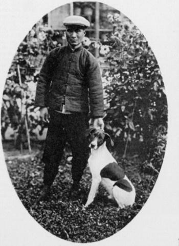 Con chó Squiffy tại một khu vườn ở Ngưu Trang sau khi thoát khỏi những tên cướp. Ảnh:Illustrated London News.