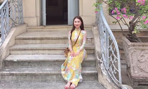 Một cô gái Hàn Quốc mặc áo dài chụp ảnh tại Bảo tàng Lịch sử Quốc gia ở Hà Nội. Ảnh: Instagram.