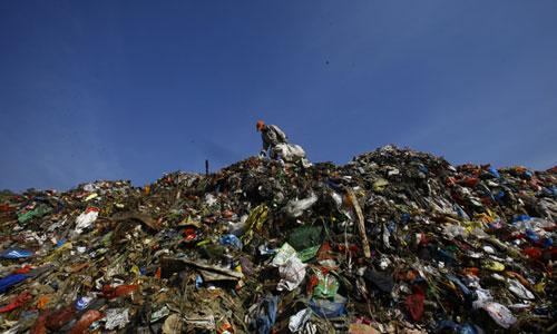 Công nhân làm việc tại bãi rác Sisdole của Nepal. Ảnh: NepaliTimes.