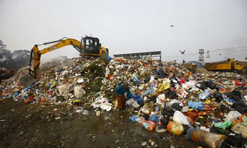 Máy xúc dùng để chôn lấp rác tại bãi rác Sisdole của Nepal. Ảnh: NepaliTimes.