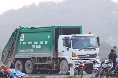 Xe chở rác vào khu liên hợp xử lý chất thải Sóc Sơn chiều 14/1. Ảnh: Gia Chính