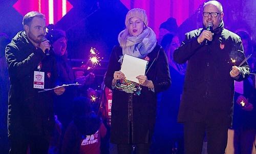 Thị trưởng Pawel Adamowicz (ngoài cùng bên phải) phát biểu trên sân khấu sự kiện từ thiện ngày 13/1. Ảnh: AP.