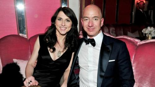 Hai vợ chồng tỷ phú Jeff và MacKenzie Bezos trong một sự kiện. Ảnh: AFP