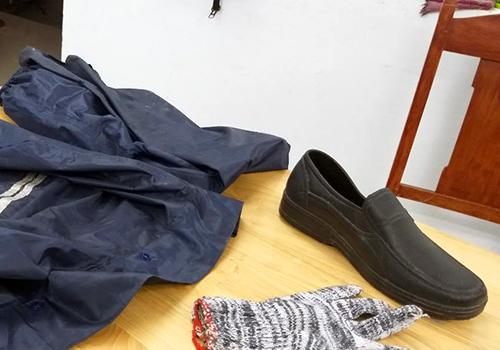 Áo mưa, găng tay và giày Quỳnh mặc khi gây án. Ảnh: A.T.
