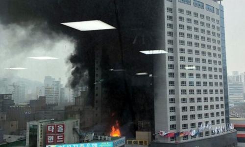 Đám cháy bùng phát tại khách sạn chiều 14/1. Ảnh: Yonhap.
