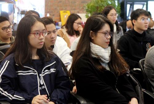 Nhiều học sinh ở Hà Nội và các bạn trẻ sẽ sang du học tại Australia vào tháng 2 này đã tham dự tọa đàm trao đổi kinh nghiệm. Ảnh: Quỳnh Trang.