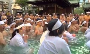 Người Nhật cởi trần tắm nước đá mừng năm mới