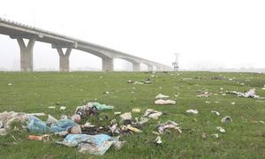 Người dân đi pinic, xả rác ngập chân cầu Vĩnh Tuy