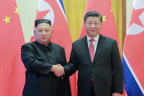 Tập Cận Bình (phải) và Kim Jong-un trong chuyến thăm Bắc Kinh của lãnh đạo Triều Tiên hôm 8/1. Ảnh: Reuters.