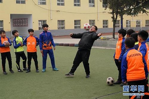 Sức khỏe thầy Zhang cải thiện rõ rệt sau ba năm dạy bóng đá. Ảnh: Tân Hoa Xã