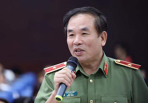 Thiếu tướng Vũ Xuân Viên thông tin việc bắt được nghi phạm tại buổi họp báo chiều 14/1. Ảnh: Nguyễn Đông.