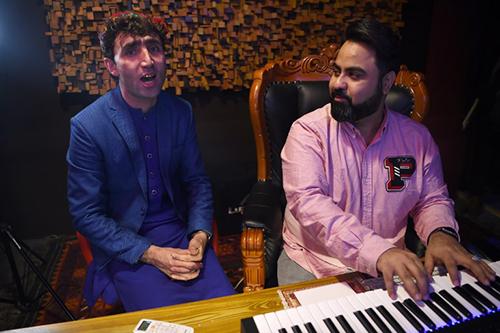 Abdul Salam Maftoon tập luyện cùng giám khảoQais Ulfat tại studio ở Kabul. Ảnh: AFP