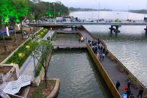 Lãnh đạo Thành phố Huế cùng người dân tham quan tuyến đường gỗ lim. Ảnh: Võ Thạnh