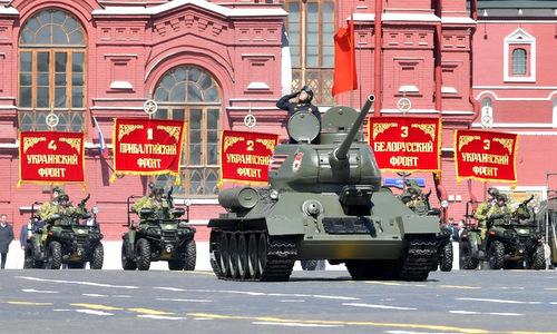 Xe tăng T-34-85 dẫn đầu đội hình cơ giới trong lễ Duyệt binh Chiến thắng ở Moskva năm 2018. Ảnh: TASS.