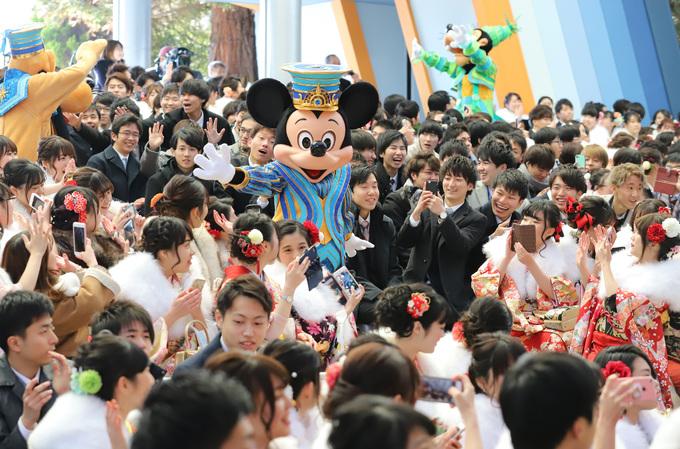 Nam nữ thanh niên Nhật Bản xúng xính váy áo dự lễ trưởng thành