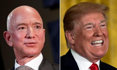 Tổng thống Mỹ Trump (phải) và tỷ phú Amazon Jeff Bezos. Ảnh: Reuters.