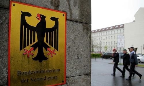Các sĩ quan bước vào trụ sở Bộ Quốc phòng Đức ở Berlin. Ảnh: AP.