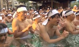 Người Nhật tắm nước đá cầu sức khỏe trong năm mới