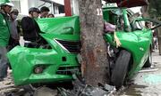 Taxi tông vào cây xanh ở Sài Gòn, hai người bị thương