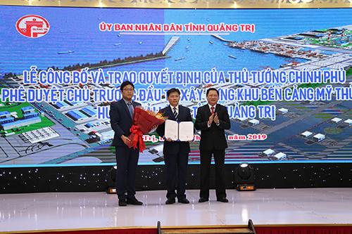 Tỉnh Quảng Trị trao quyết định đầu tư cảng nước sâu Mỹ Thuỷ cho nhà đầu tư. Ảnh: Hoàng Táo